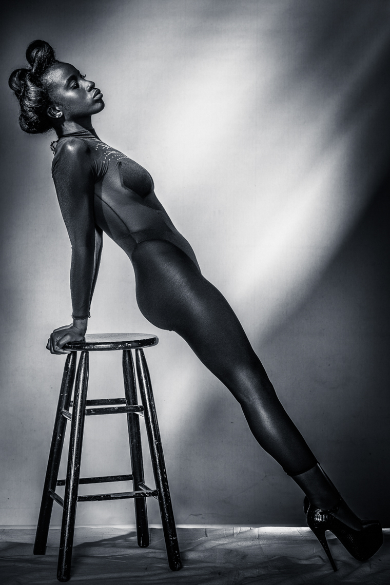 NOIR_FEMALE_STOOL